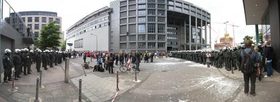©2013 - Rechts und Links Polizeiketten - Mitte Demospitze