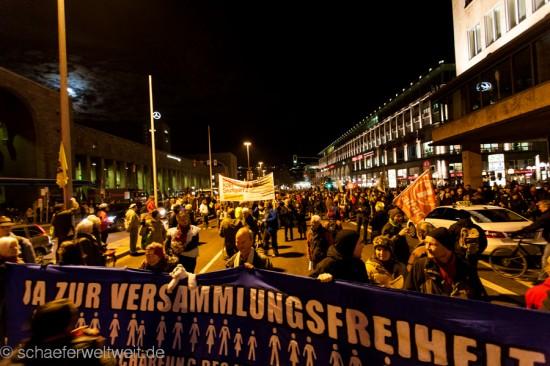 202. Montagsdemo - Frontbanner in Schillerstraße
