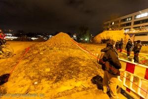 Links dreckige Baufläche - Mitte Polizeiasperrung - Rechts sauberer Weg