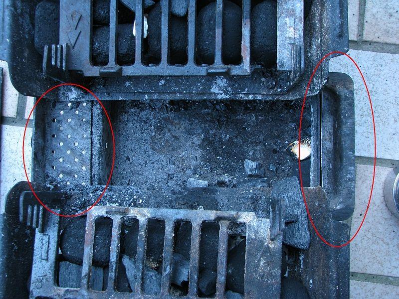 Grill befüllen und Aschebehälter in diese Position bringen.