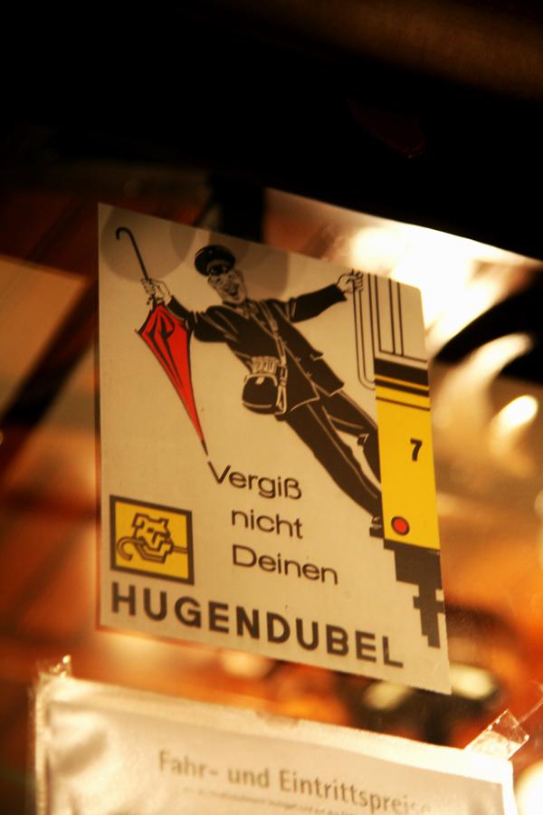 ©2011 Alexander Schäfer - Schild in einem Wagen der Linie 2a im Stuttgarter Straßenbahnmuseum