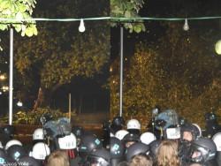 Völlig unnötiger Weise wird der wertvolle Baum und Lebensraum in der Nacht des 1.10.2010 unter Polizeischutz gefällt – wobei der vorgeschriebene Sicherheitsabstand der doppelten Baumhöhe nicht eingehalten wird.